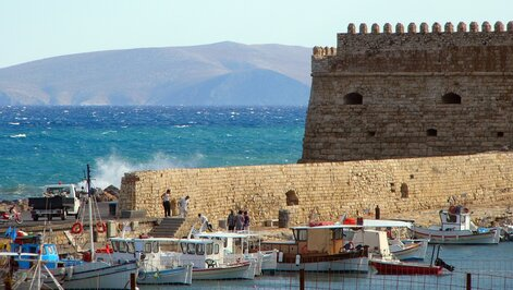 """Heraklion Venetian fort and sea wall"" by Robert Young is licensed under CC BY 2.0"